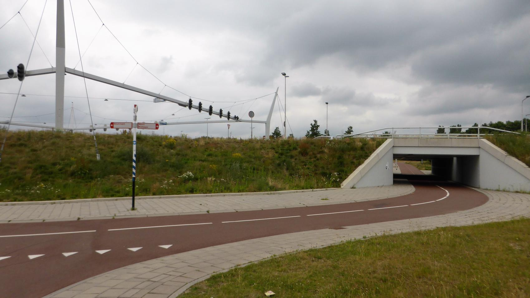 The crossing of Neerbosscheweg (continuation of A73 motorway), Hogelandseweg and IJpenbroekweg between Nijmegen and Beuningen. Traffic lights are for cars, bicycles do not need to stop.