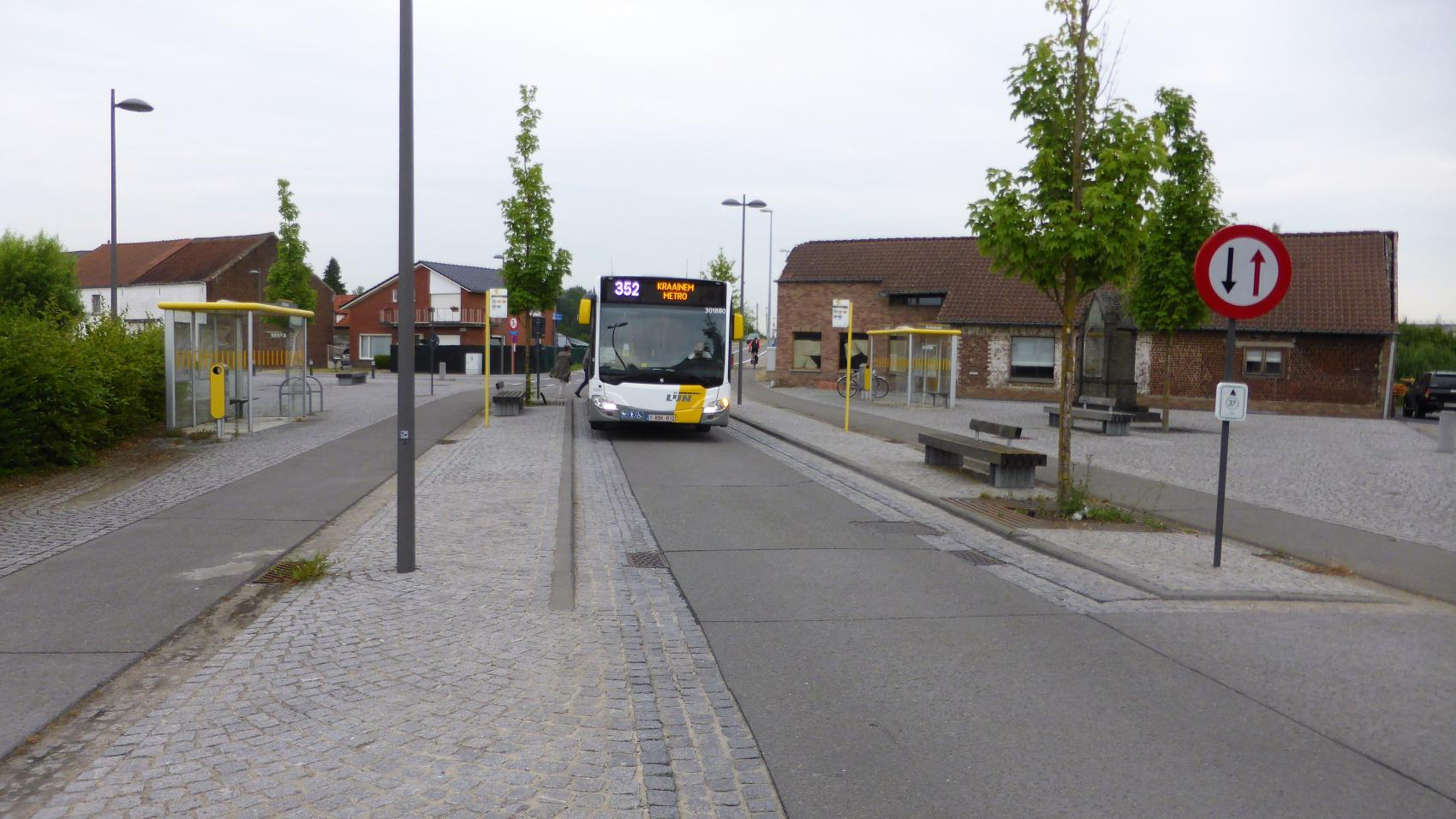 When the bus stops, cars driving in both directions must wait and pedestrians can safely cross the carriageway. Cycle traffic is not interrupted.