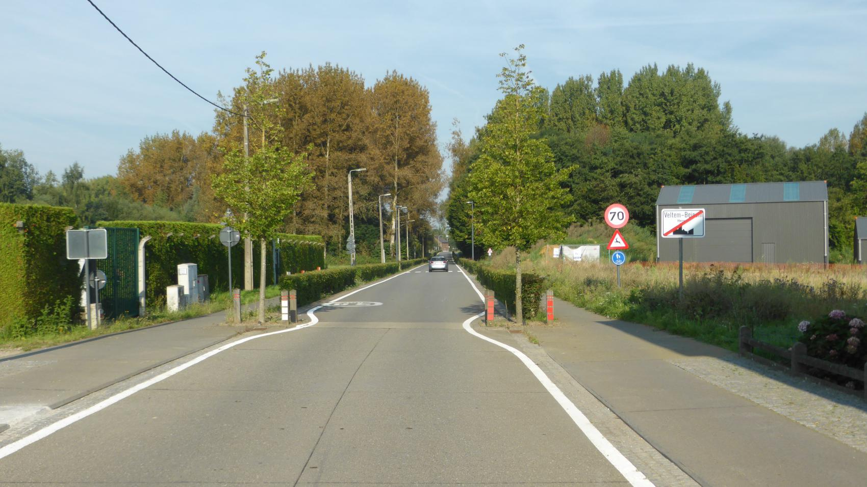 As the road leaves the village, speed limit is raised to 70 km/h and higher degree of separation between cyclists and motorised vehicles is justified – therefore the hedges between the cycle paths and the carriageway.