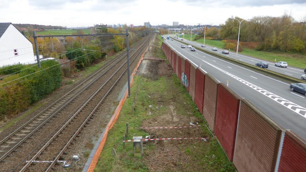 On a section of approximately one kilometre the cycle highway will have to squeeze in the narrow corridor between the railroad and the N9 road.