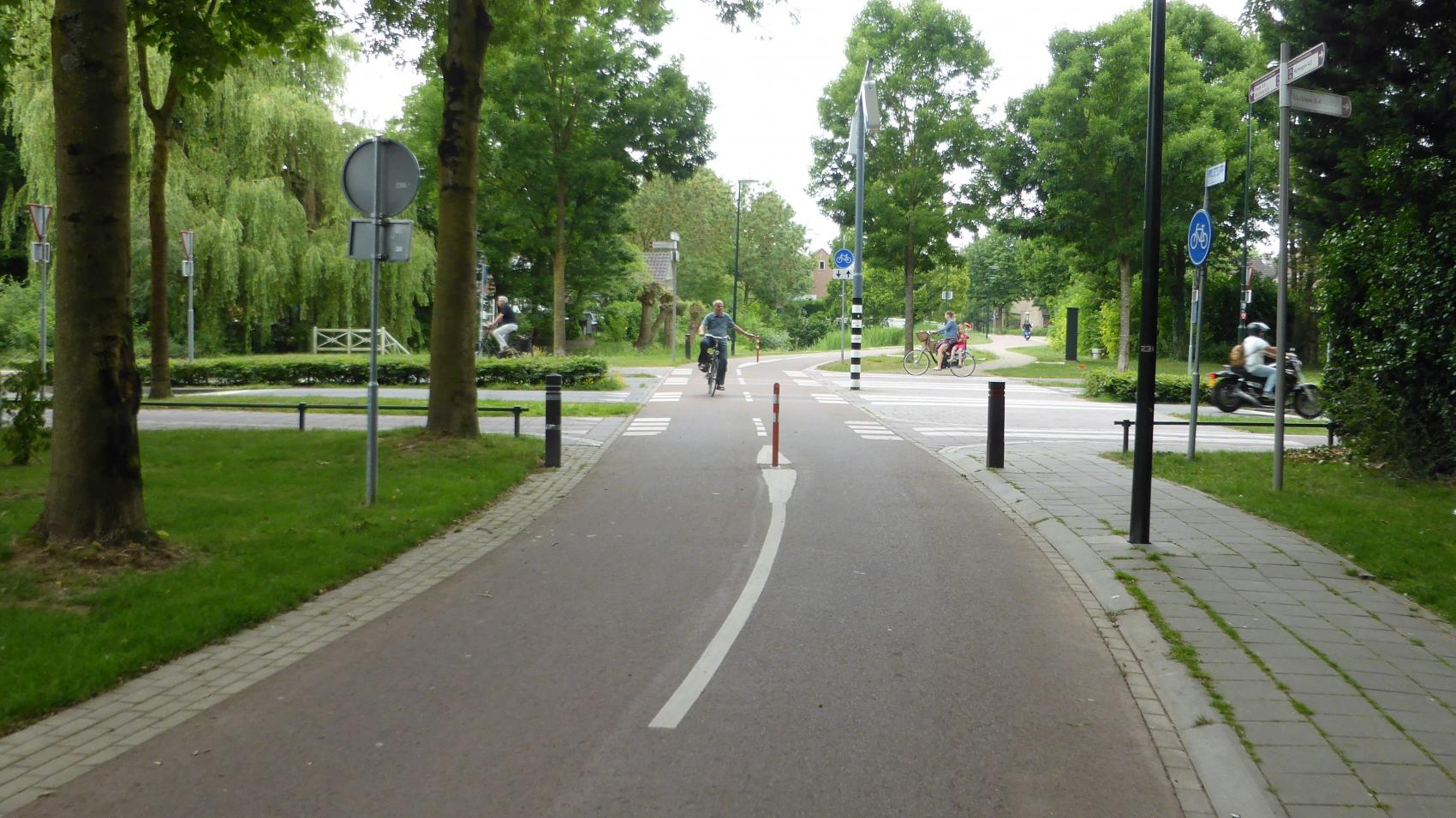 Clear priority of the cycle highway (Burgemeester van Suchtelenstraat) over Wilhelminalaan in Beuningen.