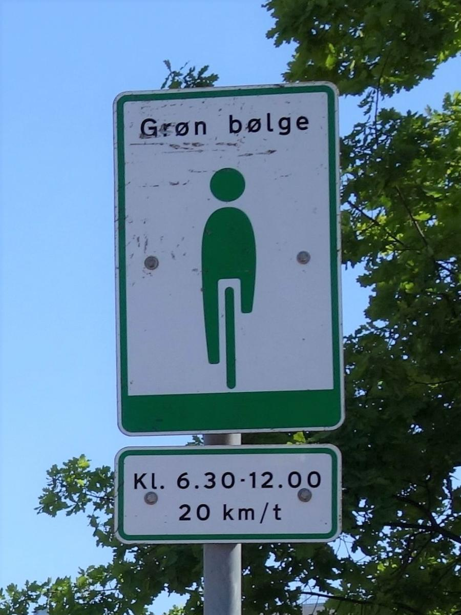 20 km/h green wave sign in the direction of city centre.
