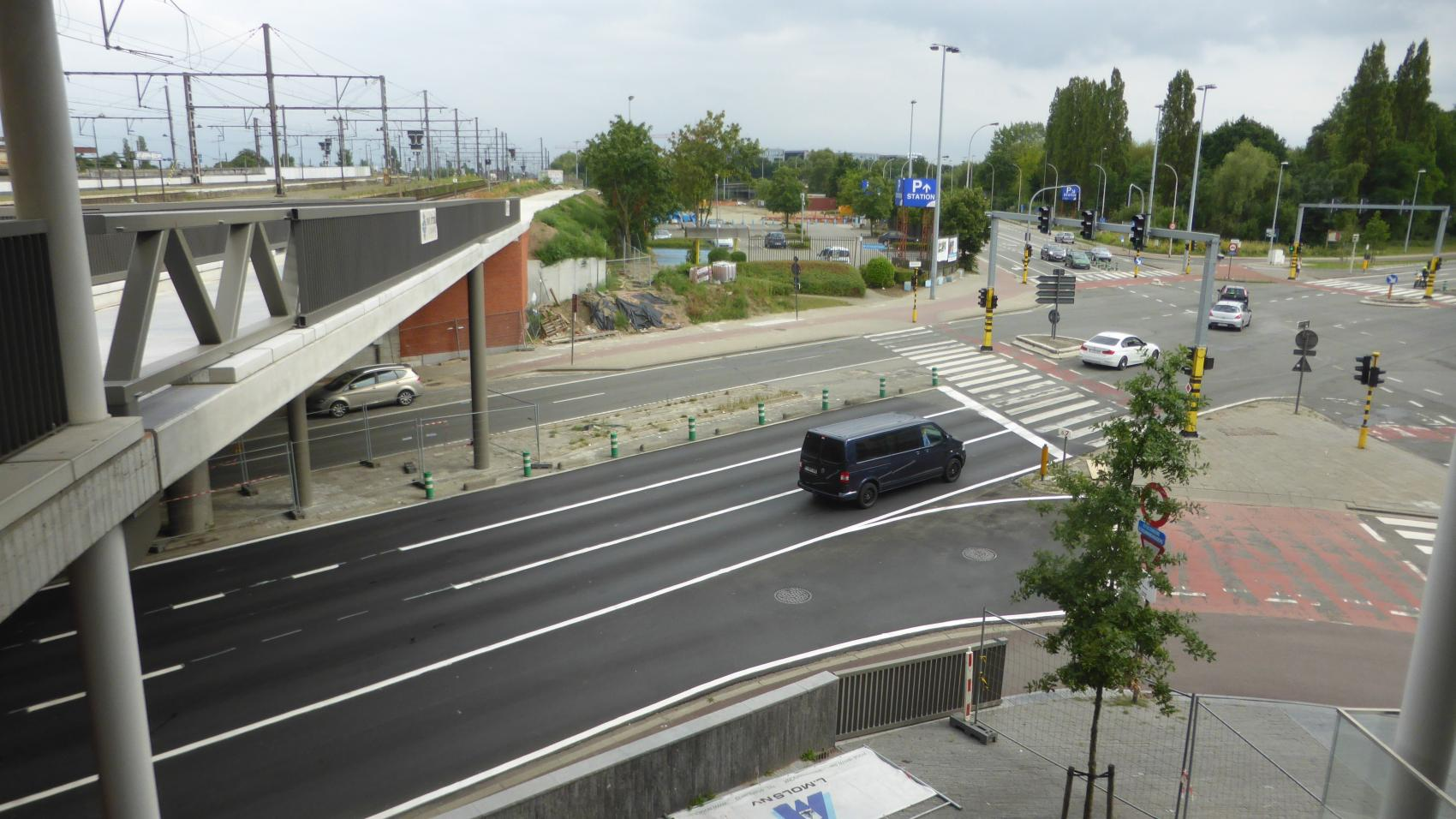 The new bridge over Binnensingel next to rail bridge (left) allows cyclists to bypass traffic lights on a major crossing (right) and reduce the number of interruptions on the cycle highway.