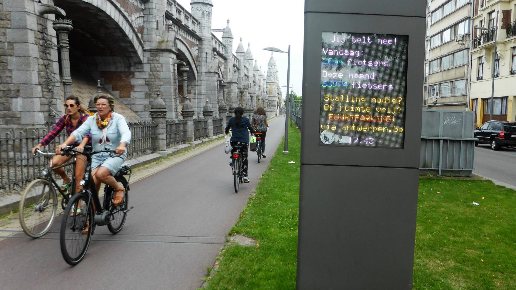 The cycle highway continues along the historical railway embankment into the centre of Antwerp. On an average workday 4 219 cyclists use this section.