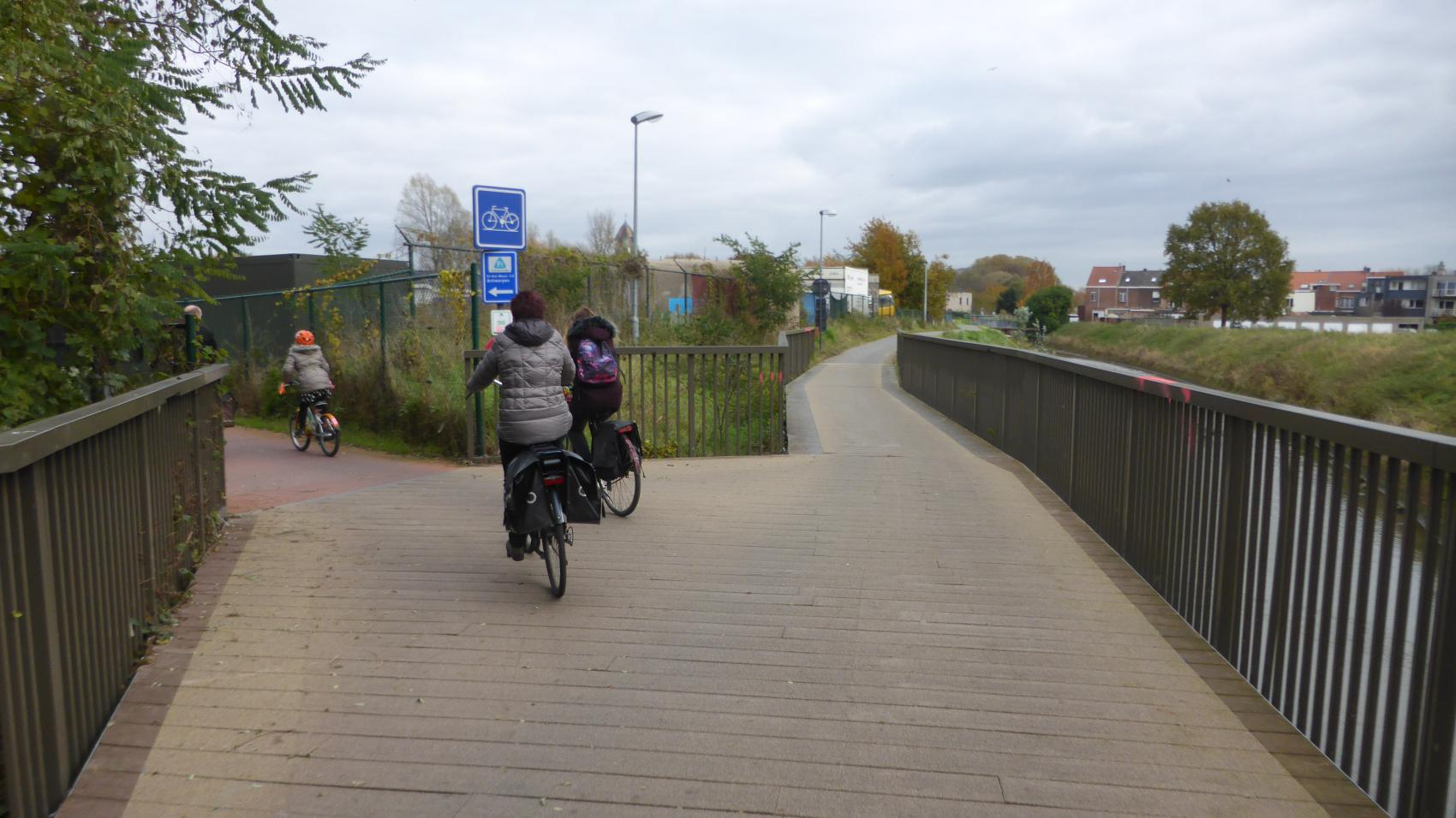 Eastern exit from the bridge. F1 turns north (left) towards Antwerp, local cycle path continues along Vrouwvliet to Pasbrug.