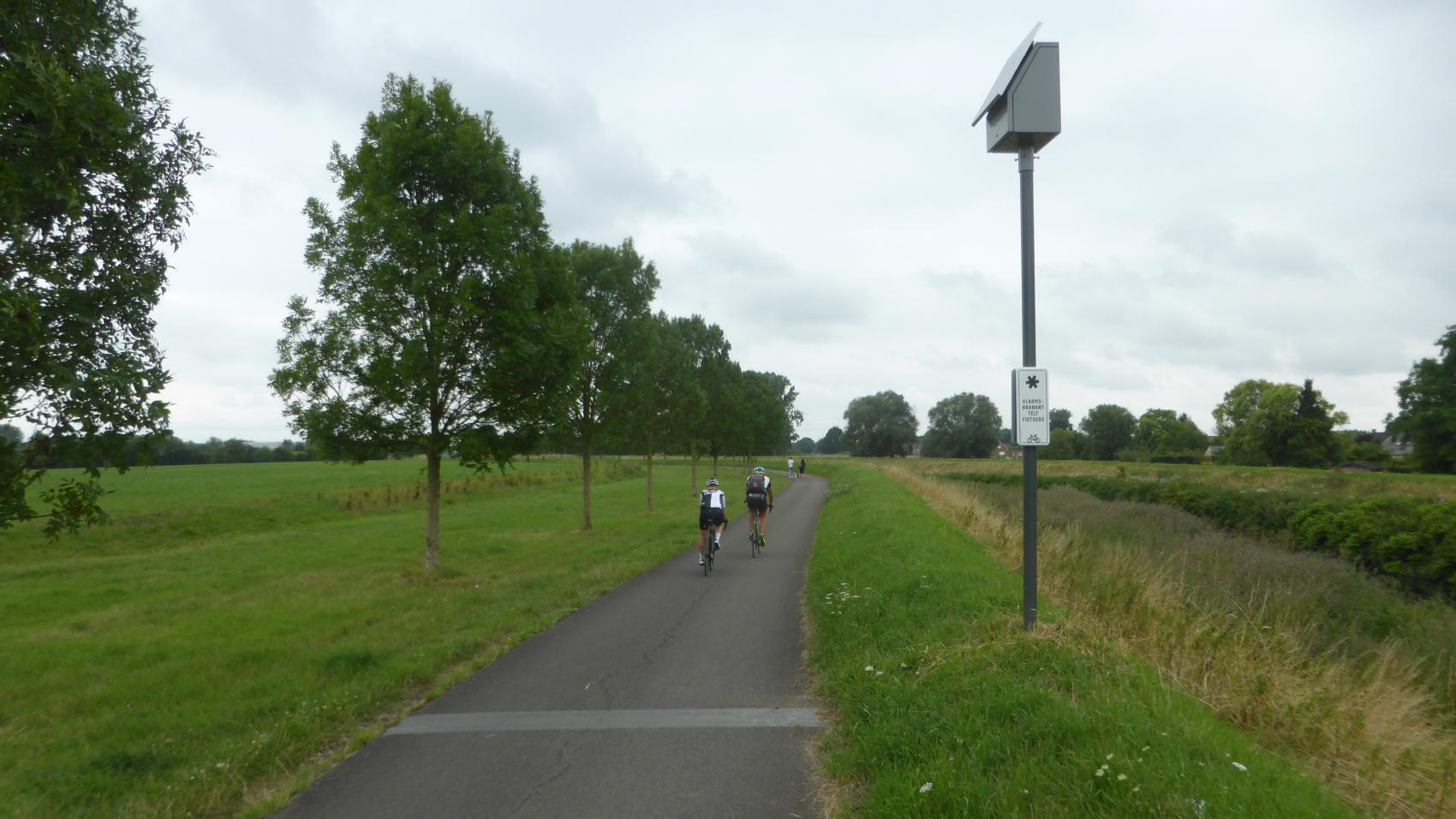 In Eppegem the new cycle path connects to an existing asphalt path continuing along Zenne to Vilvoorde.