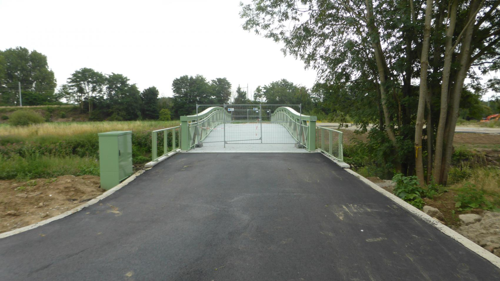 New cycling bridge over Zenne in Eppegem. The bridge is 5 m wide to provide 4 m of safe riding width and 0.5 m of shoulder on each side.