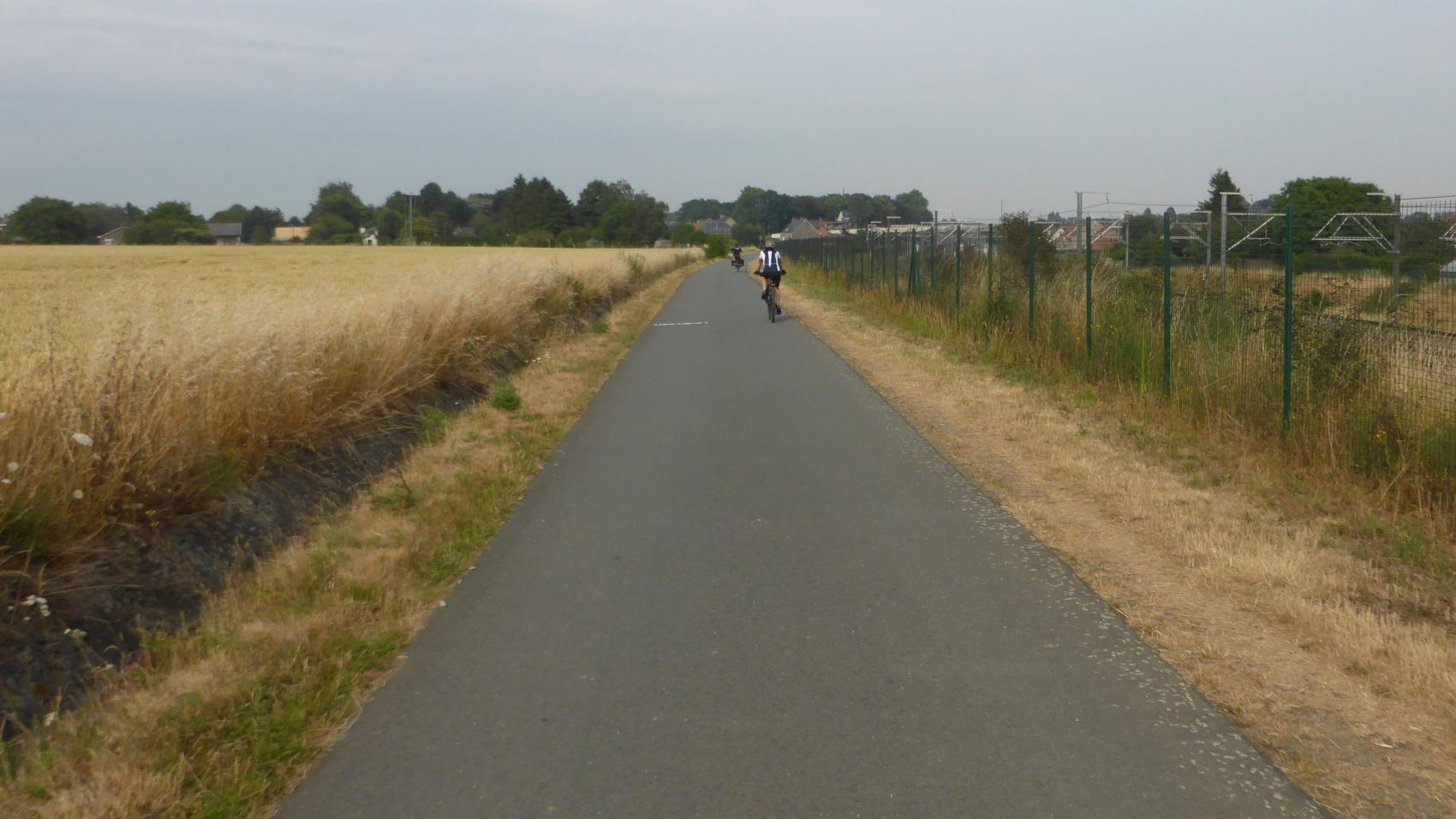 For most of its route, the F3 cycle highway follow the high speed railroad connecting Brussels with Germany. This alignment makes it easy to find and follow.