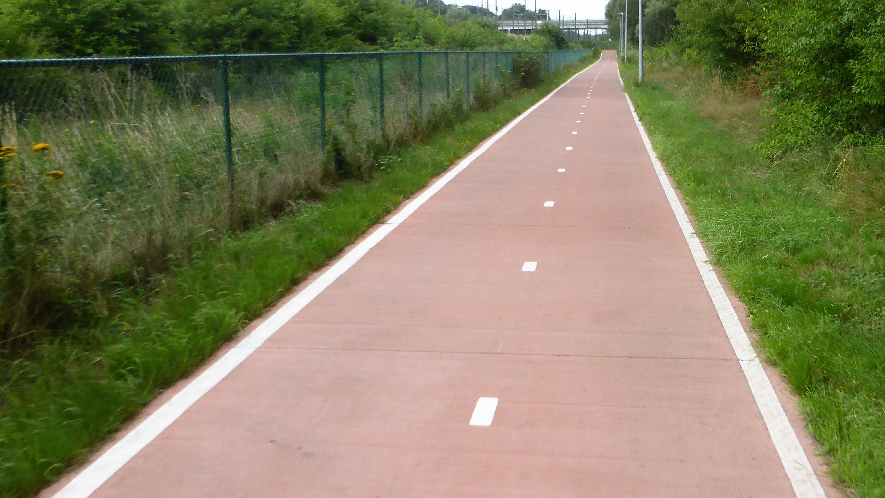 Edge and median markings on the F1 cycle highway Antwerp - Brussels