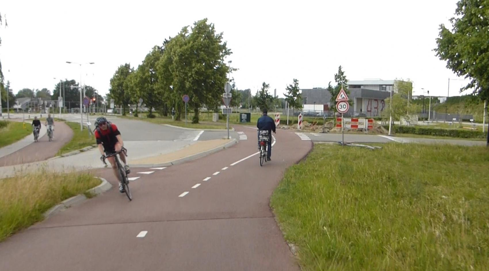 The crossings at the bottom of the ramps give priority to the cyclists coming from the bridge, so they do not have to brake and waste energy.