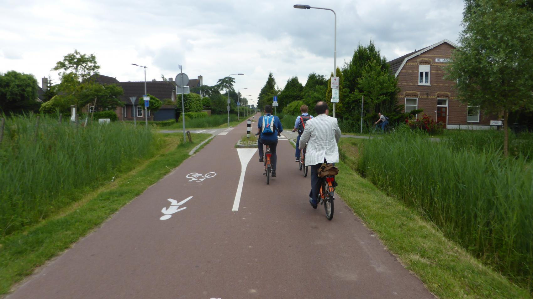 Clear priority of cycle highway over Mooieweg in Arnhem.