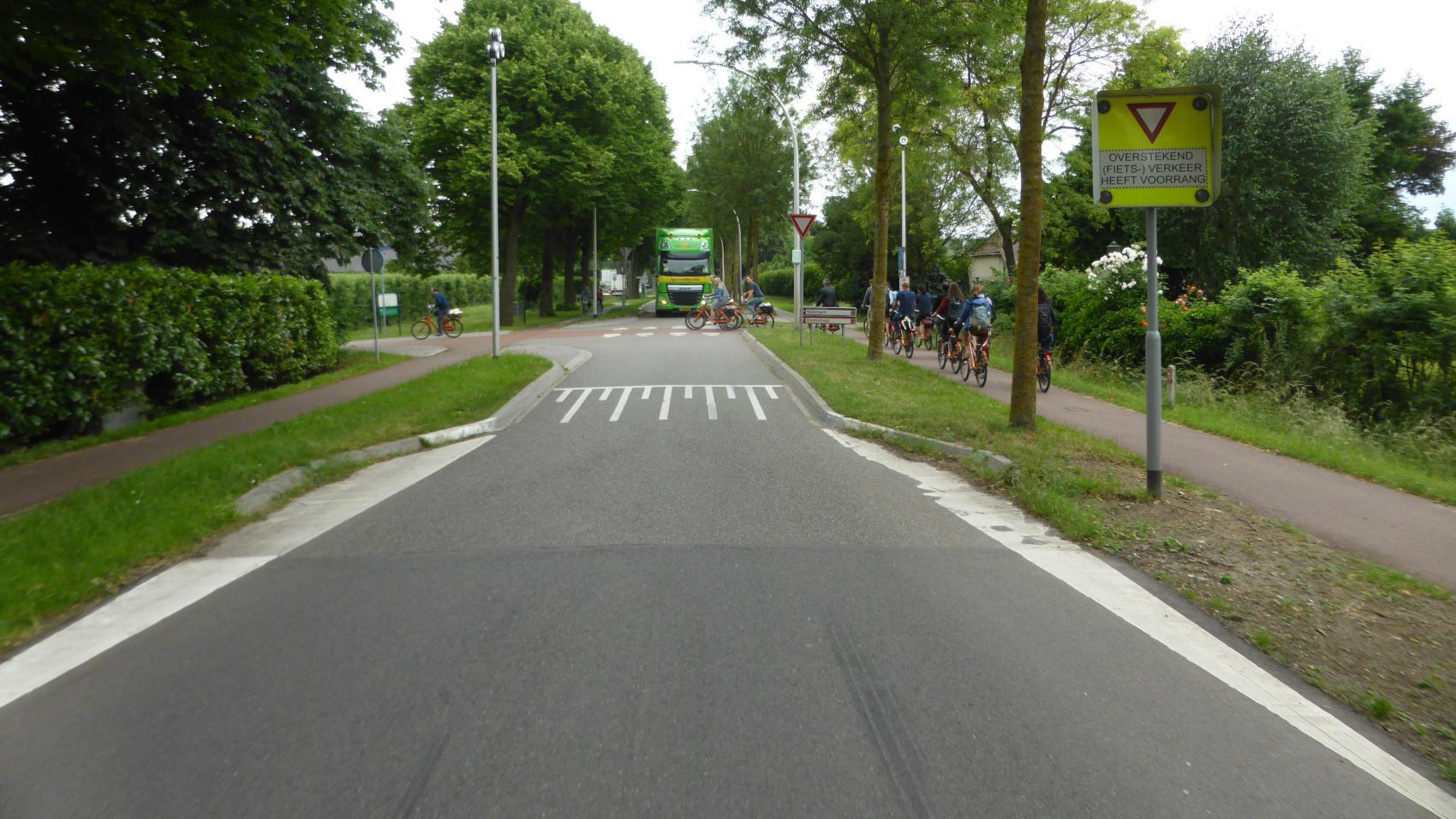 Ressensestraat, Ressen – raised crossing and carriageway narrowing