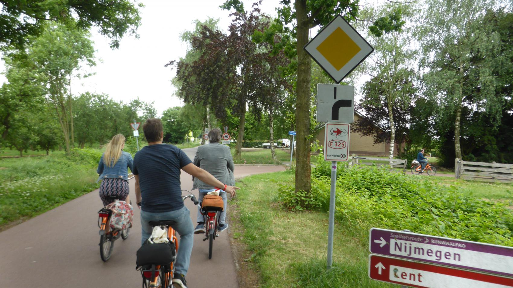 Crossing of Woerdsestraat and Slenkweg in Ressen - priority signage was introduced to match the cycle highway route