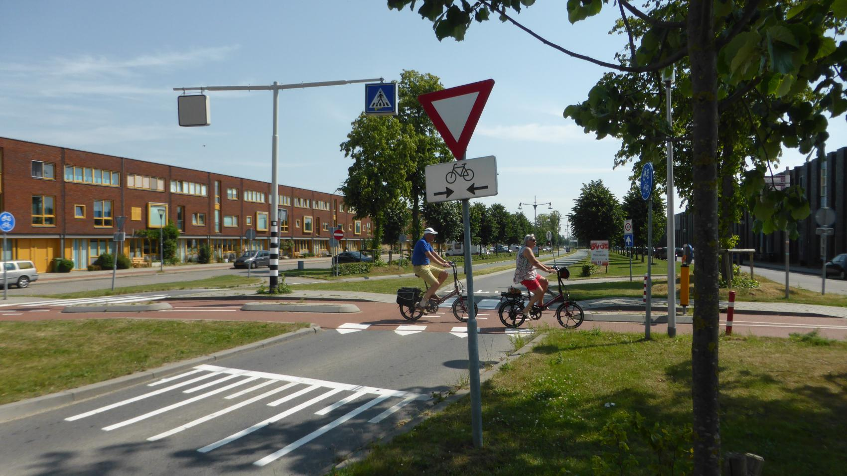 Clear priority of the cycle highway at crossing with Vrouwe Udasingel. For additional safety, traffic cushions were added on the carriageway 20 m before the crossing.