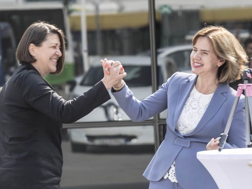 Handshake minster Cora van Nieuwenhuizen and EU Commissioner Violeta Bulc in Ljubljana, Slovenia at the TEN-Tdays.