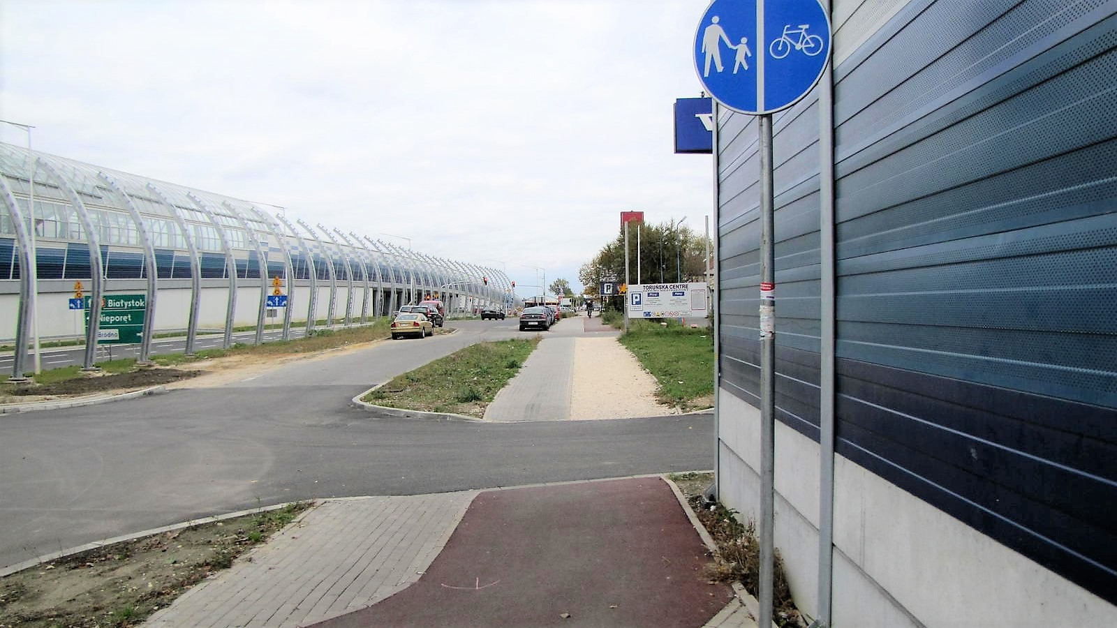 Many Member States lack the necessary knowledge on how to take into account the needs of cyclists. This cycling path was built as a part of a TEN-T road reconstruction project and underwent Road Safety Audit, but it is not safe to use because of lack of visibility on crossing.